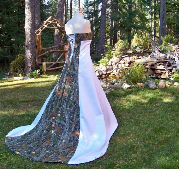 Do you like things camo? Why not wear camo wedding dress?